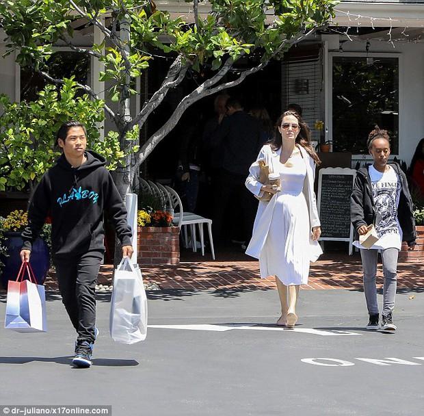 Pax Thiên ra dáng đàn ông, xách đồ giúp mẹ Angelina Jolie và em gái - Ảnh 2.