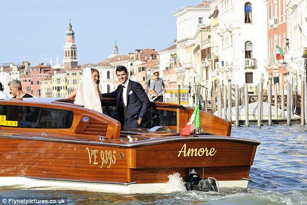 Morata hôn vợ đắm đuối trong lễ cưới đẹp như cổ tích ở Venice - Ảnh 2.