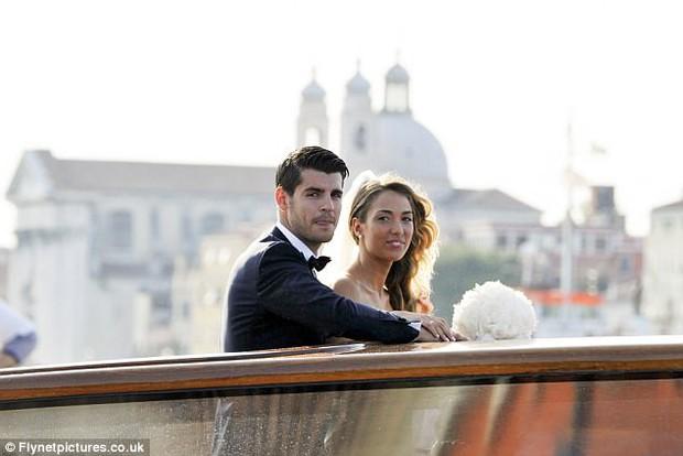 Morata hôn vợ đắm đuối trong lễ cưới đẹp như cổ tích ở Venice - Ảnh 4.
