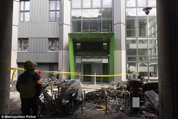 Video: Các vật dụng bên trong tòa tháp ở London đều bị thiêu rụi, biến dạng không thể nhận ra - Ảnh 9.