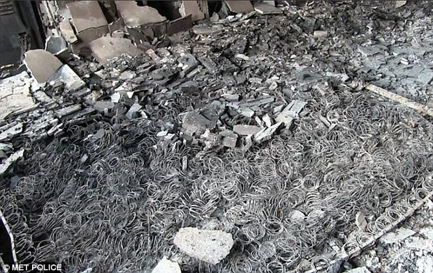 Video: Các vật dụng bên trong tòa tháp ở London đều bị thiêu rụi, biến dạng không thể nhận ra - Ảnh 5.
