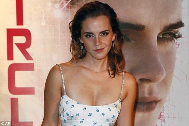 Diện váy quá trễ nải, Emma Watson hớ hênh cả miếng dán ngực trên thảm đỏ - Ảnh 7.