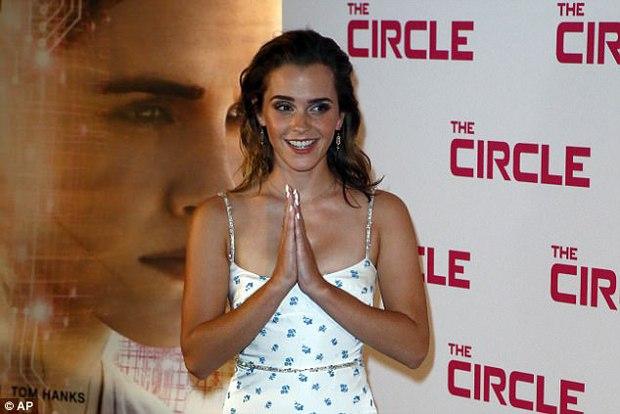 Diện váy quá trễ nải, Emma Watson hớ hênh cả miếng dán ngực trên thảm đỏ - Ảnh 8.