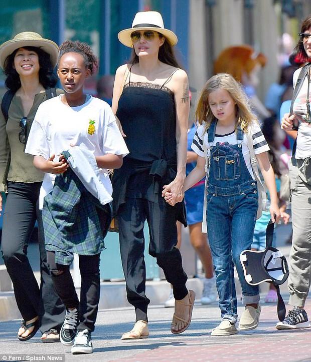 42 tuổi vẫn hồn nhiên mút kẹo cùng các con, Angelina Jolie quả là bà mẹ đáng yêu nhất thế giới! - Ảnh 4.