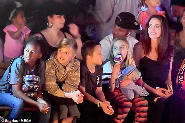 42 tuổi vẫn hồn nhiên mút kẹo cùng các con, Angelina Jolie quả là bà mẹ đáng yêu nhất thế giới! - Ảnh 3.