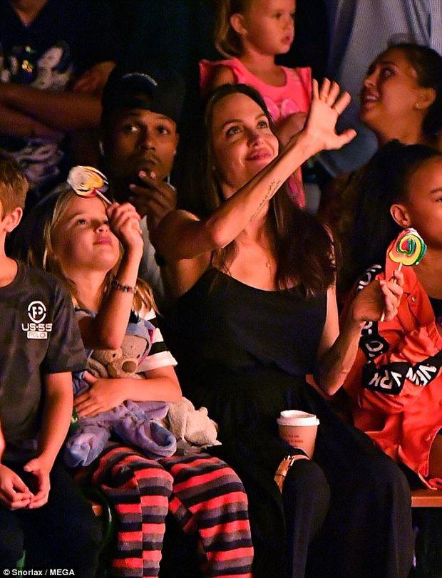 42 tuổi vẫn hồn nhiên mút kẹo cùng các con, Angelina Jolie quả là bà mẹ đáng yêu nhất thế giới! - Ảnh 2.