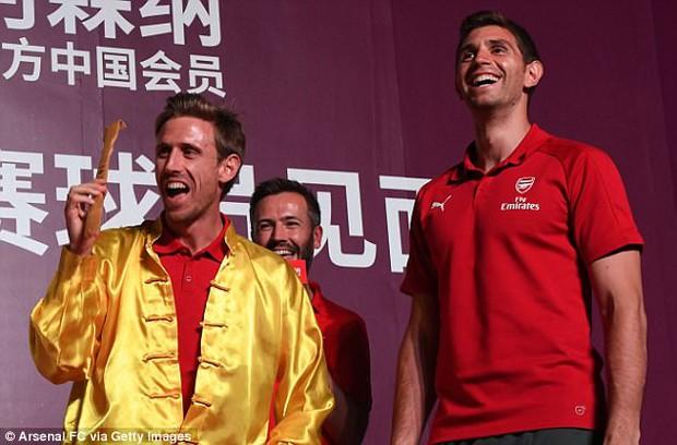 Sao Arsenal mặc áo lụa, tập múa võ cổ truyền Trung Quốc - Ảnh 1.