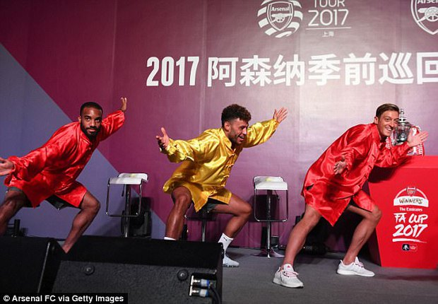 Sao Arsenal mặc áo lụa, tập múa võ cổ truyền Trung Quốc - Ảnh 3.