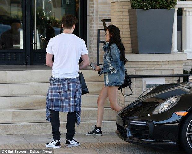 Cậu cả nhà Beckham công khai hẹn hò bạn gái mới