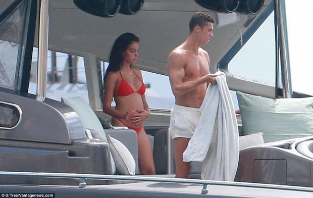 Bạn gái Ronaldo liên tục xoa bụng bầu khi mặc bikini - Ảnh 1.