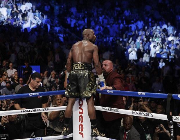 Mayweather hạ knock-out McGregor ở trận quyền anh tỷ đô - Ảnh 2.