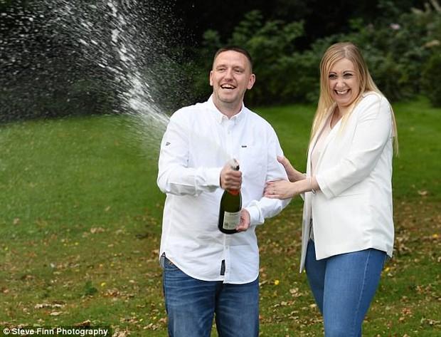 Cặp vợ chồng đang tuyệt vọng vì phải dồn hết tiền chữa bệnh cho con bỗng nhiên trúng độc đắc 30 tỷ đồng - Ảnh 3.