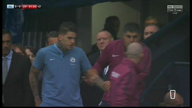 Thủ môn Man City cười tươi, không bị tổn thương não sau va chạm nguy hiểm - Ảnh 1.