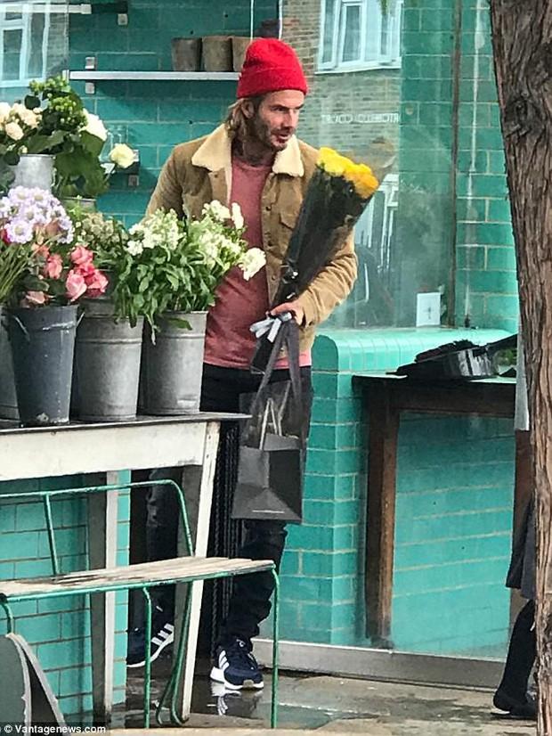 Chỉ là đi mua hoa thôi mà, bố con Beckham - Harper có cần đáng yêu lạc lối thế không! - Ảnh 1.