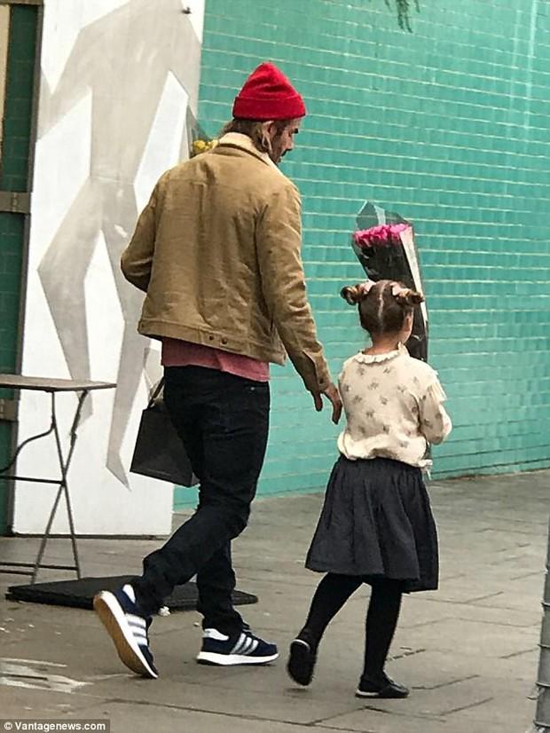 Chỉ là đi mua hoa thôi mà, bố con Beckham - Harper có cần đáng yêu lạc lối thế không! - Ảnh 3.