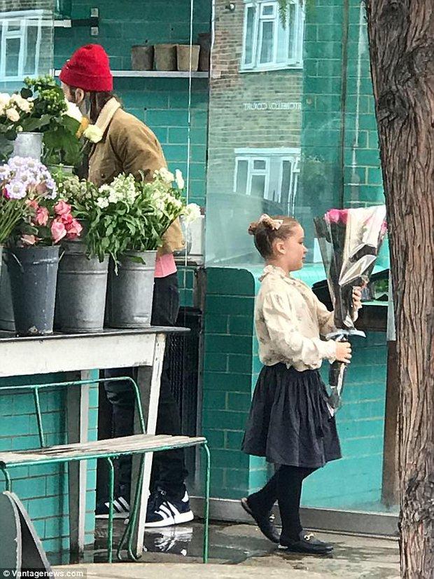 Chỉ là đi mua hoa thôi mà, bố con Beckham - Harper có cần đáng yêu lạc lối thế không! - Ảnh 2.