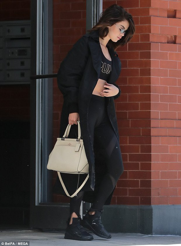 Selena Gomez không mặc nội y, khoe vóc dáng đầy gợi cảm sau phẫu thuật ghép thận - Ảnh 7.