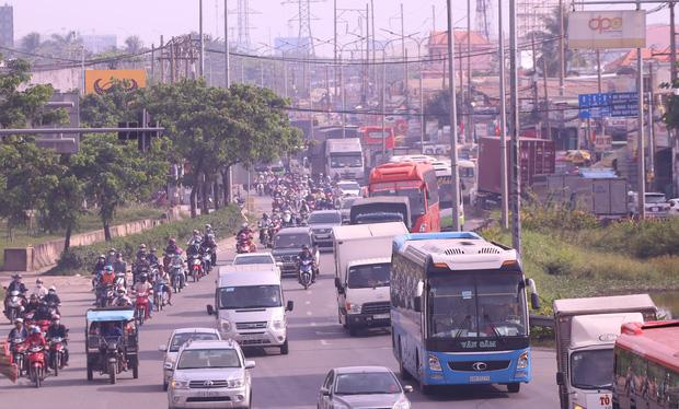 Các phương tiện ô tô, xe 2 bánh, 3 bánh di chuyển chậm vì giao thông trên tuyến cửa ngõ phía tây Sài Gon đang ùn tắc khá nghiêm trọng. Ảnh: Tứ Quý
