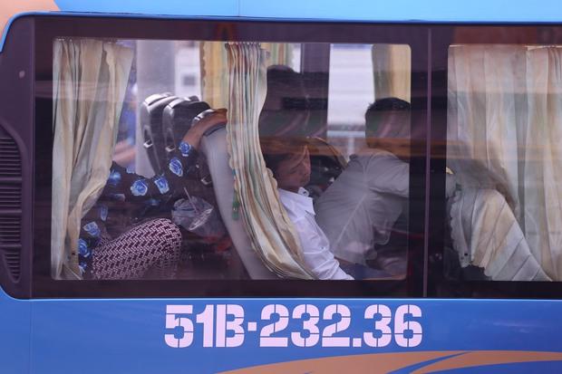 Các chuyến ô tô đổ về Sài Gòn luôn trong tình trạng chật ních khách. Ảnh: Tứ Quý