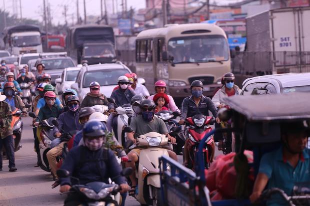 Càng về cuối ngày mật độ giao thông càng tăng lên khiến các phương tiện di chuyển khó khăn. Ảnh: Tứ Quý