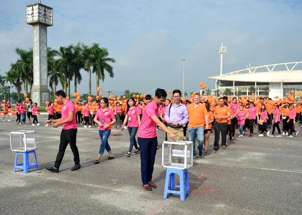 Hàng ngàn sinh viên xuống đường đi bộ vì nạn nhân da cam - Ảnh 5.