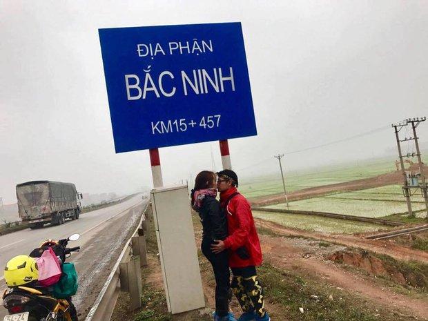 Cặp đôi hôn nhau trên từng cây số: Đi xuyên Việt, đến đâu cũng chỉ chụp đúng 1 kiểu ảnh - Ảnh 4.