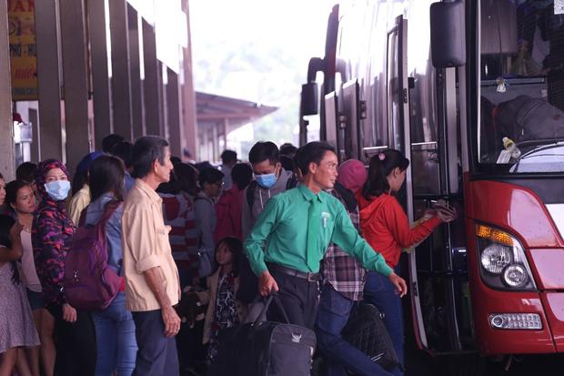 Tại bến xe Miền Tây (quận Bình Tân) lượng khách từ các tỉnh miền tây về Sài Gòn không nhiều. Ảnh: Tứ Quý