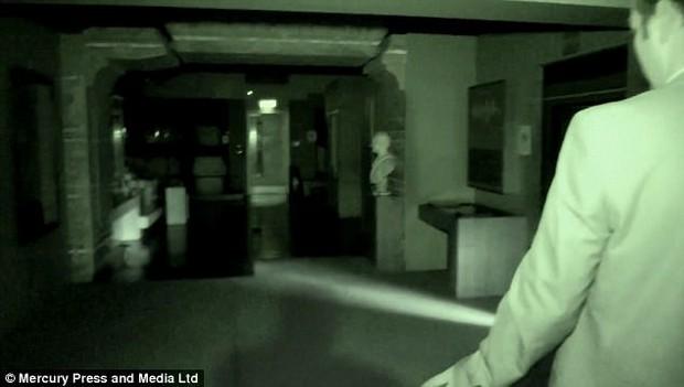 Vào lăng mộ giữa đêm, hai nhà ngoại cảm phát hiện bóng đen bí ẩn lướt qua nhanh chóng - Ảnh 3.