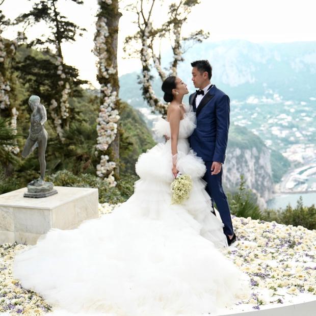 Váy cưới bồng bềnh như mây trắng của fashionista Hong Kong khiến bạn phải thốt lên: Liệu đây có phải mơ? - Ảnh 4.