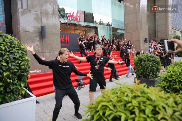 Đội ngũ nhân viên H&M Việt Nam chào sân với tiết mục nhảy tập thể có một không hai trong ngày khai trương - Ảnh 11.