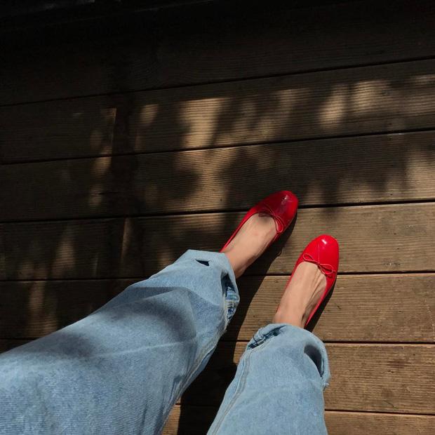 Thu này nếu định sắm thêm giày, bạn nhất định nên chọn giày búp bê màu đỏ vì nó sắp thành hot trend đến nơi rồi!