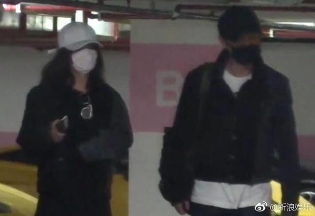 Hết đi khách sạn, Triệu Lệ Dĩnh lại bị bắt gặp thập thò lấm lét sau khi qua đêm tại nhà Phùng Thiệu Phong - Ảnh 7.
