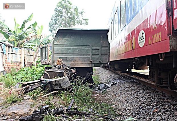 Xe tải nát bét sau khi bị tàu lửa kéo lê hơn 100 mét ở Quảng Nam - Ảnh 1.