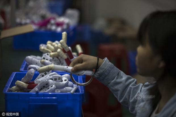 Cuộc sống của nữ công nhân vừa tròn 18 tuổi trong công xưởng sản xuất đồ chơi tình dục ở Trung Quốc - Ảnh 9.