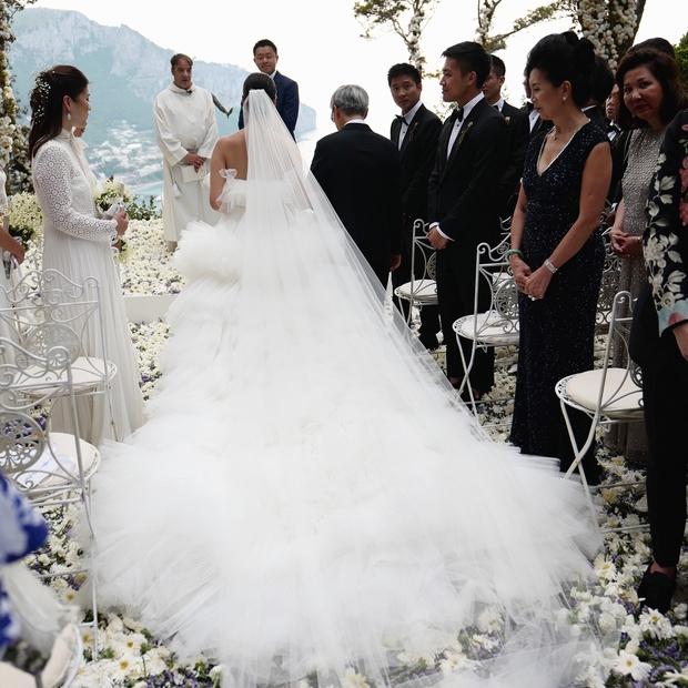 Váy cưới bồng bềnh như mây trắng của fashionista Hong Kong khiến bạn phải thốt lên: Liệu đây có phải mơ? - Ảnh 7.