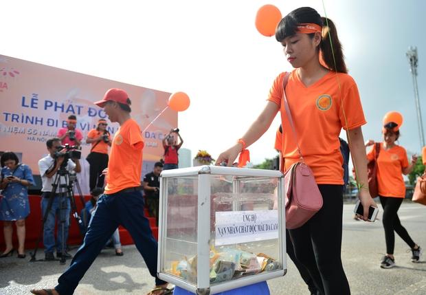 Hàng ngàn sinh viên xuống đường đi bộ vì nạn nhân da cam - Ảnh 7.
