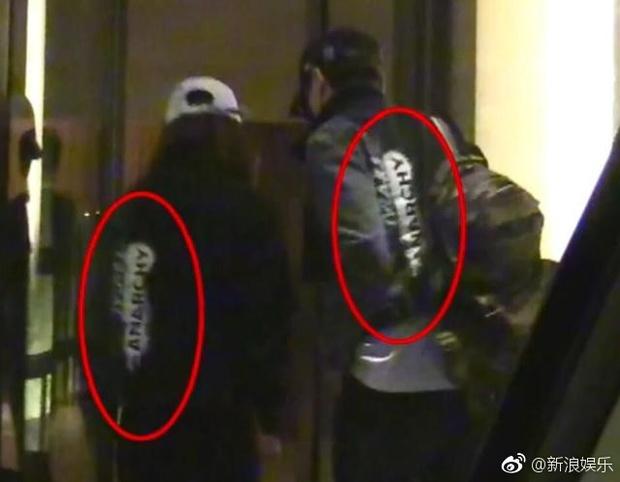 Hết đi khách sạn, Triệu Lệ Dĩnh lại bị bắt gặp thập thò lấm lét sau khi qua đêm tại nhà Phùng Thiệu Phong - Ảnh 8.