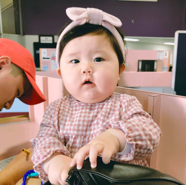 Cặp má nhìn là muốn cắn của cô nhóc Hàn Quốc mặt bư siêu cưng - Ảnh 1.