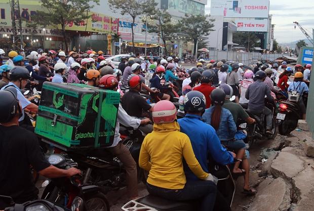 Chùm ảnh: Công trình hầm chui chậm tiến độ, người dân Đà Nẵng mệt mỏi trước cảnh hàng ngàn phương tiện ùn ứ kéo dài - Ảnh 3.