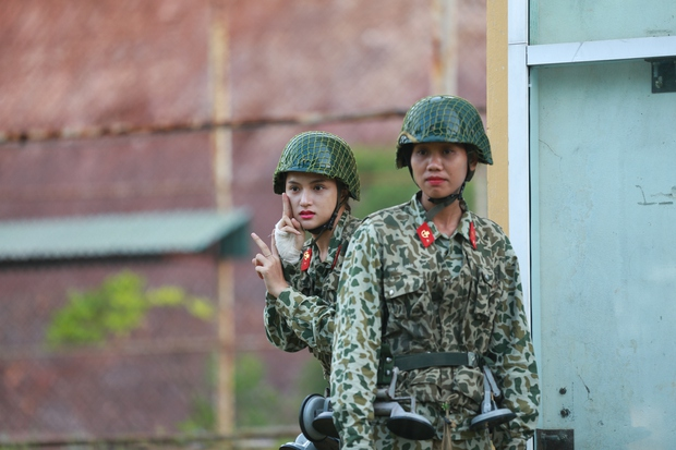 Hình ảnh hài hước của Hương Giang, nhưng dường như cô nàng đang phải băng bó ở tay?