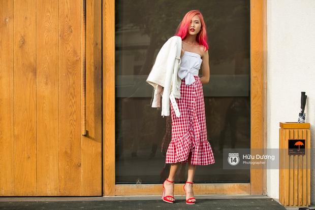 Mặc nắng nóng, các tín đồ thời trang vẫn rất chăm diện áo khoác trong street style ngày cuối VIFW 2017 - Ảnh 12.