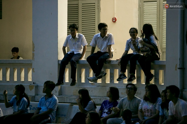 Đêm ra trường ngập tràn ánh nến, thắp vạn điều ước tuổi 18 của học sinh trường chuyên Lê Hồng Phong - Ảnh 14.