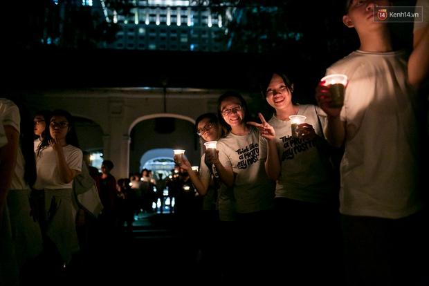 Đêm ra trường ngập tràn ánh nến, thắp vạn điều ước tuổi 18 của học sinh trường chuyên Lê Hồng Phong - Ảnh 1.