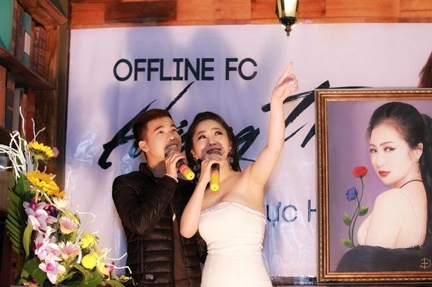 Hương Tràm diện váy quây gợi cảm, hạnh phúc khi được fan Hà Nội liên tục ôm hôn - Ảnh 9.