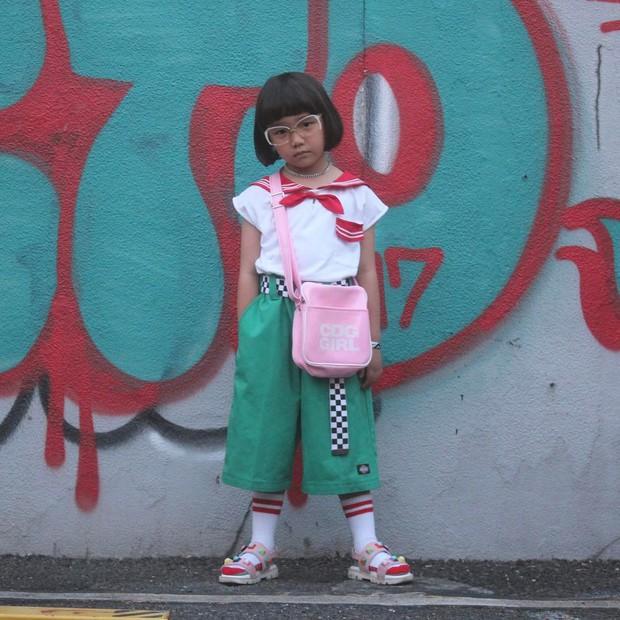 Mix đồ đẹp hơn người lớn, luôn đeo kính cực ngầu, cô bé này chính là fashion icon nhí chất nhất Nhật Bản - Ảnh 12.