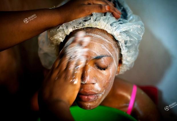 Chùm ảnh: Tẩy trắng da - công nghệ làm đẹp chẳng biết đường nào mà lần ở châu Phi - Ảnh 10.