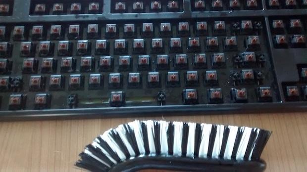 Cận cảnh quá trình dọn dẹp chiếc bàn phím 6 năm không tắm này sẽ khiến bạn nổi da gà - Ảnh 9.