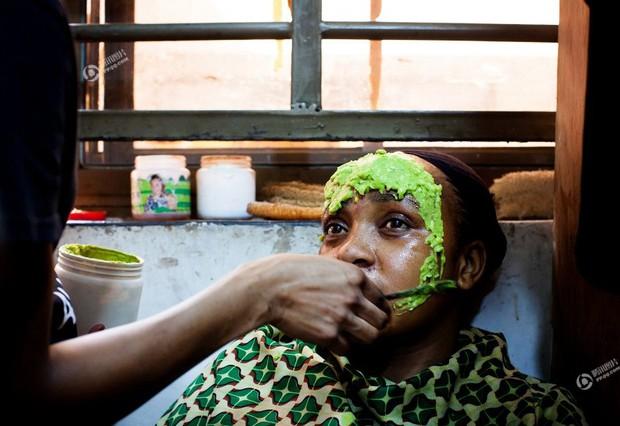 Chùm ảnh: Tẩy trắng da - công nghệ làm đẹp chẳng biết đường nào mà lần ở châu Phi - Ảnh 11.