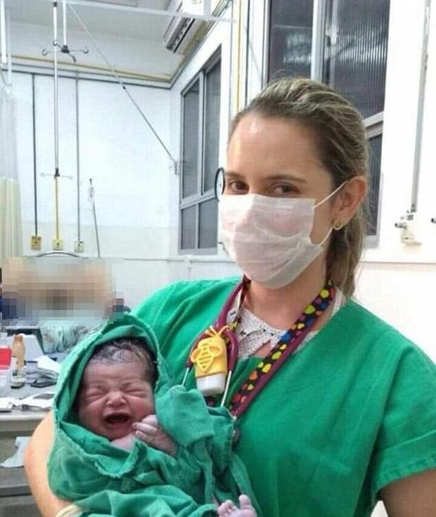Bức ảnh em bé sơ sinh đang gây bão trên mạng xã hội, lý do không ai có thể ngờ tới - Ảnh 1.