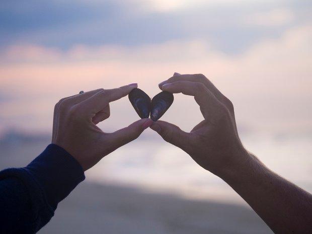 5 lý do giải thích vì sao các cặp đôi hạnh phúc chẳng bao giờ công khai tình yêu trên Facebook - Ảnh 2.